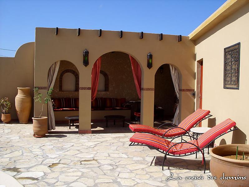 la terrasse couverte et barbecue du riad au maroc. Black Bedroom Furniture Sets. Home Design Ideas